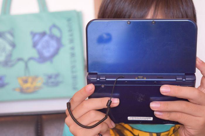 DSで遊ぶ子供の写真