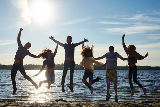 男女がジャンプしている画像