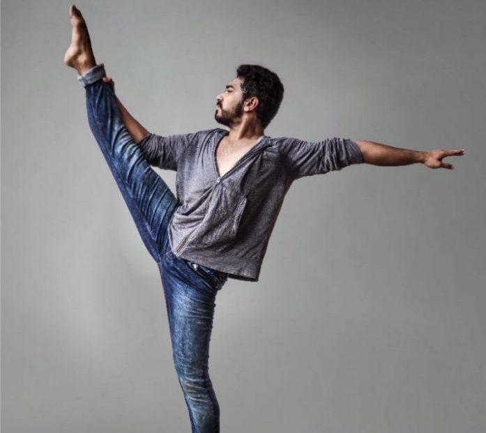 足を上げてバレエをする男性の奢侈
