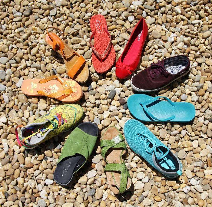 色々な靴が輪になって並ぶ写真