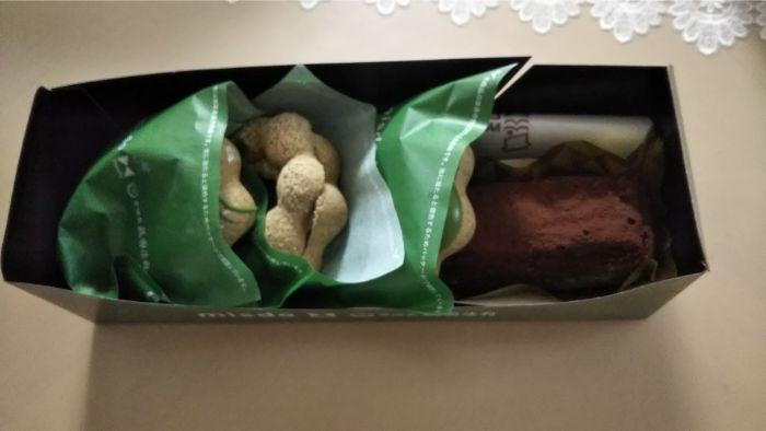 箱を開けたドーナッツが並んでいる写真