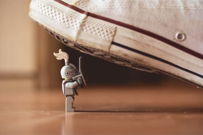 靴で踏まれそうになる騎士のおもちゃの画像