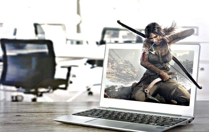 パソコンにゲーム画面が映っている画像