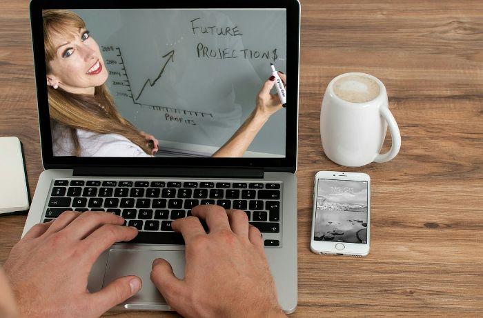 パソコンに映る女教師の写真