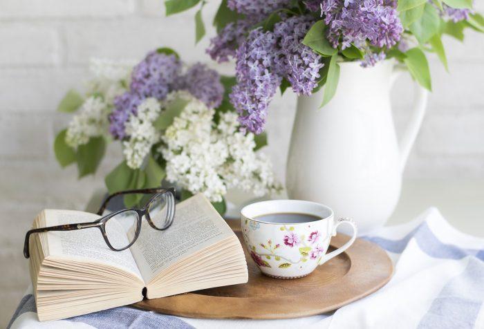 花と本と眼鏡の写真