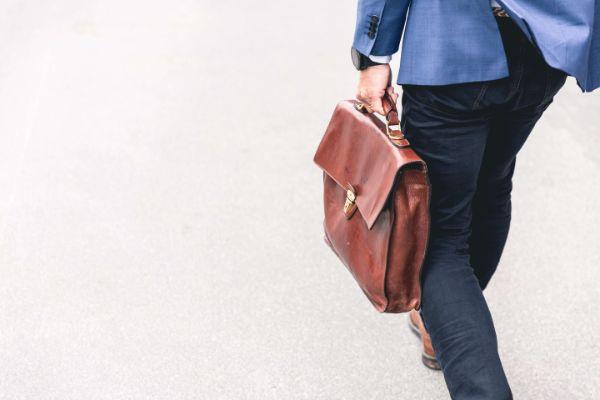 スーツを着て鞄を持って出かける男性の写真