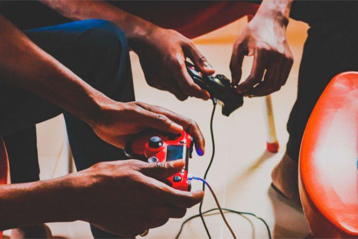 PS4で遊んでいる人の写真